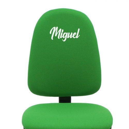 borda blanco en silla giratoria verde