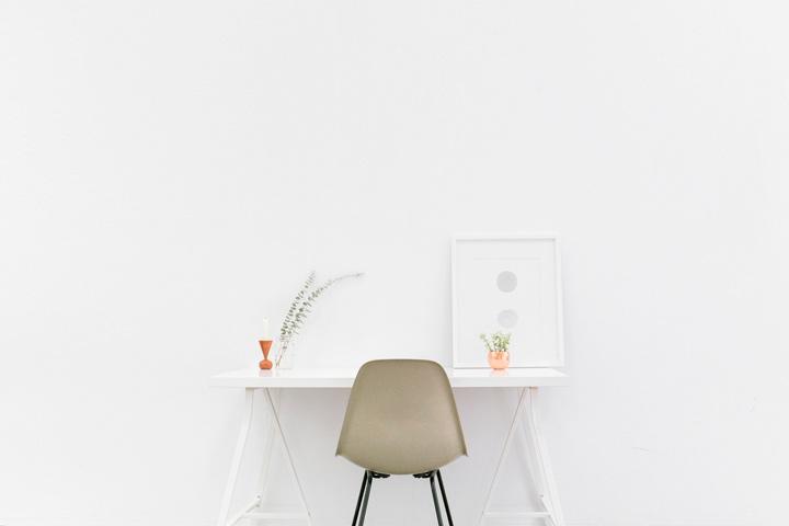 Escritorio minimalista para trabajar